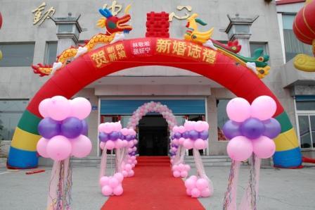 酒店大堂外,用了一个龙凤拱门,一对华表柱,八个气球罗马柱,一个气球门