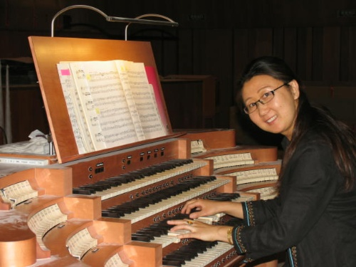 弹一首巴赫的管风琴作品(可以看出附着在琴台上的尘土)图片