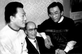 侯耀文生前与父亲侯宝林和二哥侯耀华在家里的生活照