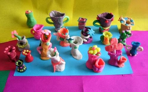儿童彩泥: 彩泥材质色彩艳丽,制作方法独特,富有童趣,作品生动,能使孩子们的小手更灵巧,大脑更发达,想象力和创造力更强,能更好的促进学习和成长!它能唤起孩子们对彩泥手工制作的兴趣,激发孩子们用双手创造生活的愿望! 民间手工艺课的设计是老师精心设计准备的,会让孩子们根据一节课教的主要内容展开故事情节的创作,每天的课程下来就可以组织一个画面故事。一个星期做一次总结,一星期的内容节选精彩的部分让孩子自由组合不同的作品,并定期办作品展,以此树立孩子自信心,交流心得,激发孩子们的创作能力!老师也会根据在校期间的学