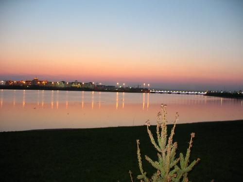 北湖心岛上立有骑士故乡大型雕塑,南湖区建有大型音乐喷泉.