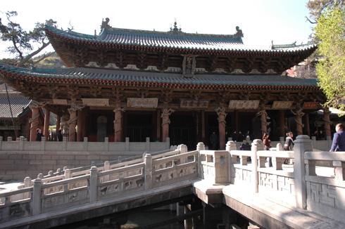 院内,随处可见木雕,砖雕,石雕作品,从屋檐,斗拱,照壁,兽吻到础石,神龛图片