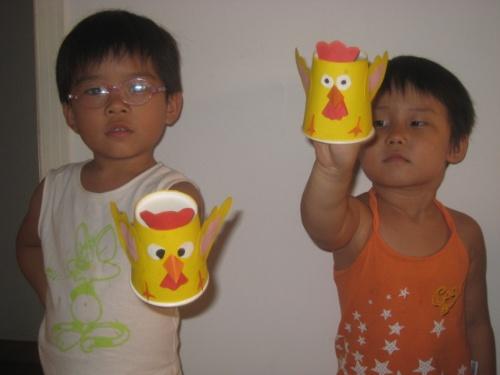 昨天,俩小家伙吵着要做老虎杯,我还在心疼我的纸杯呢!