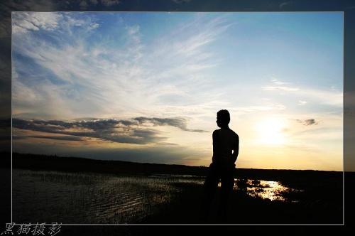 当渐下的夕阳收起最后一缕光芒,一个背影,沿着山的边缘找一方避风的湾。月走人影动,一个人,一个背影。走累了靠着星星休息,渴了饮着山润溪水,困了躲在月亮冰冷的广寒宫睡觉,一个背影依然前行,路不知会有多远,不知的结果像星星一样繁多,但一个背影依然倔强前行。